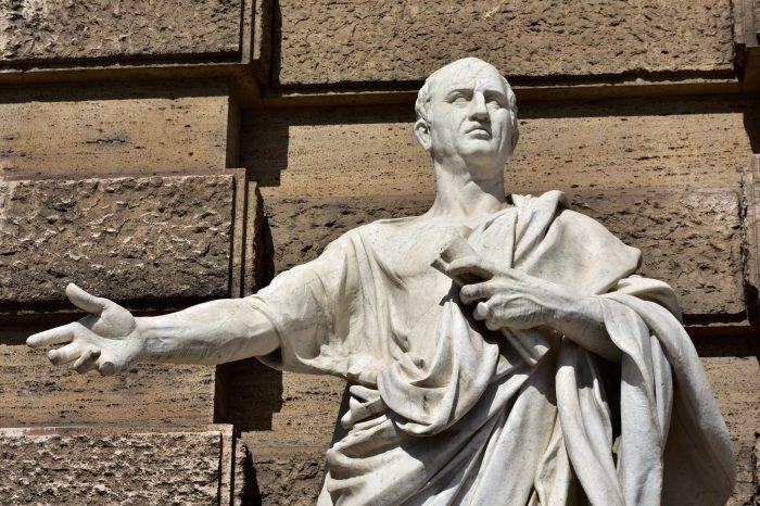 Статуя Цицерона, произносящего речь